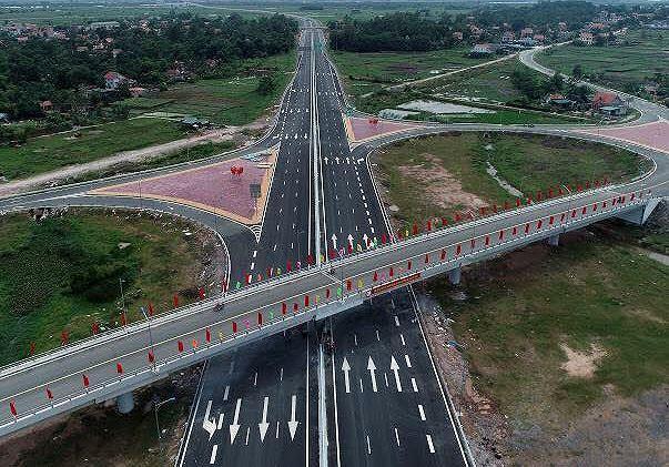Nhiều xe lưu thông trên cao tốc Hạ Long - Hải Phòng bị ném đá.