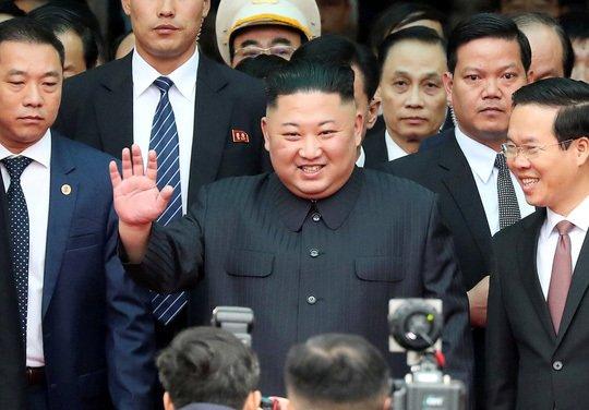 Nhà lãnh đạo Kim Jong Un vẫy tay chào mọi người tại ga Đồng Đăng (Ảnh: Reuters)