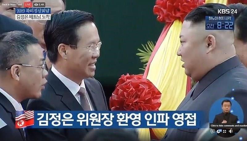 Trưởng Ban Tuyên giáo Trung ương Võ Văn Thưởng dẫn đầu đoàn đại biểu đón Chủ tịch Kim Jong Un tại Đồng Đăng (Ảnh: KBS)