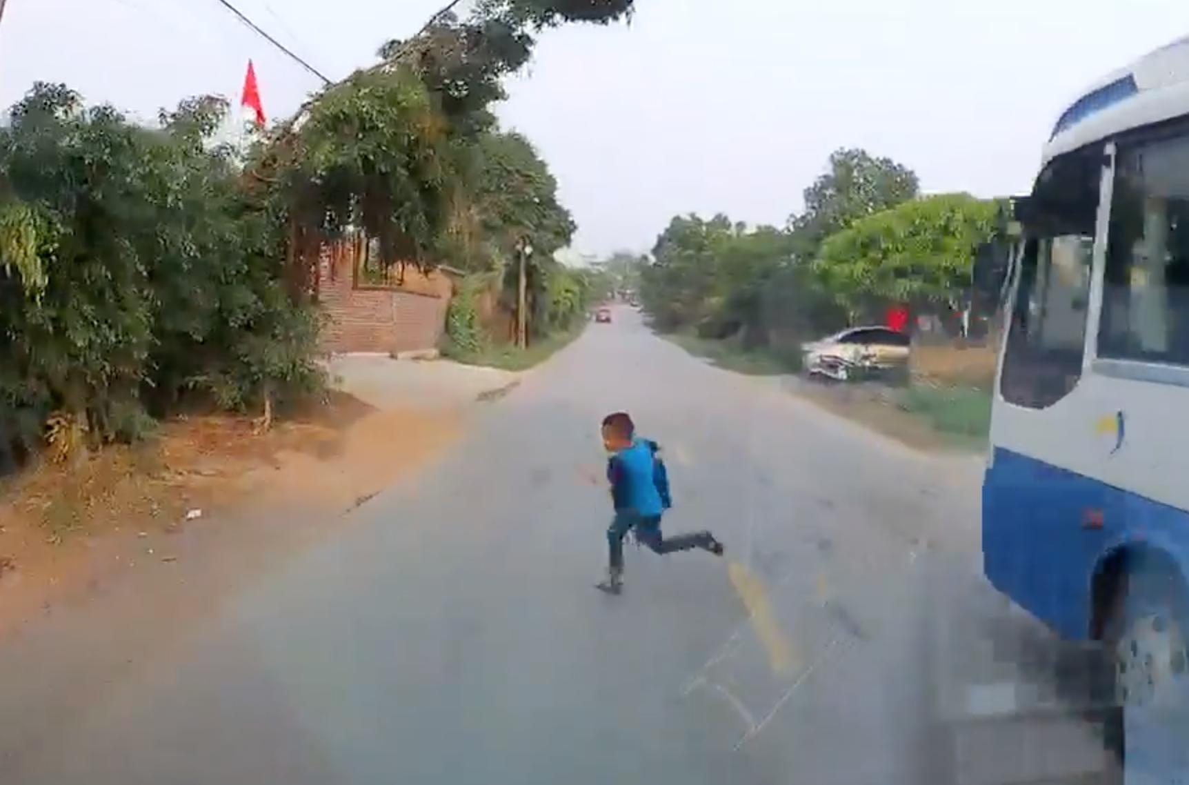 Khoảnh khắc bé trai băng qua đường ngay trước đầu ô tô (Ảnh cắt từ clip)