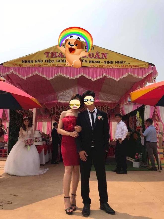 Cô dâu đứng đằng sau nhìn chú rể và người yêu cũ chụp ảnh thân thiết.