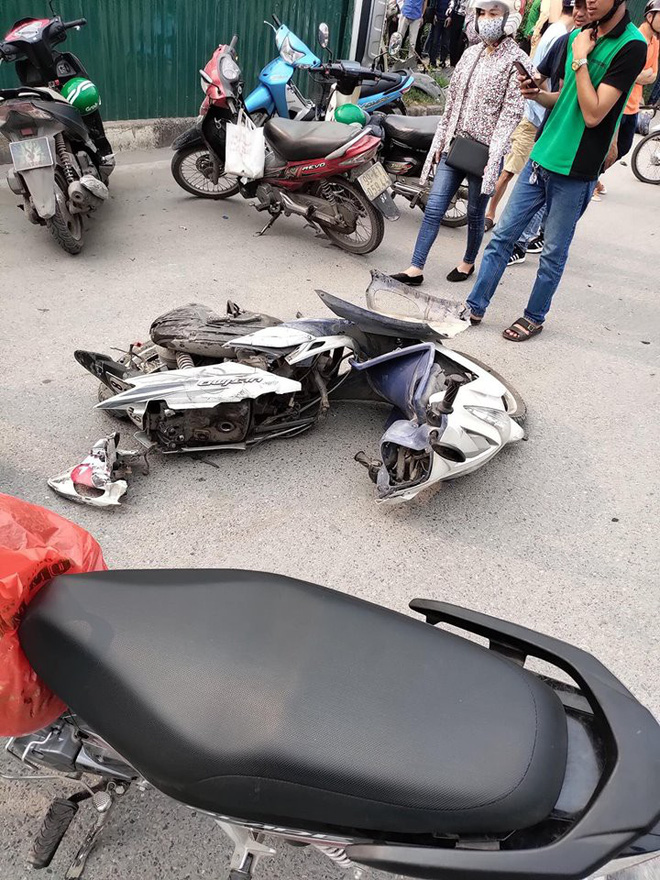 Một chiếc xe máy hư hỏng nặng sau vụ việc (Ảnh: KSĐP).