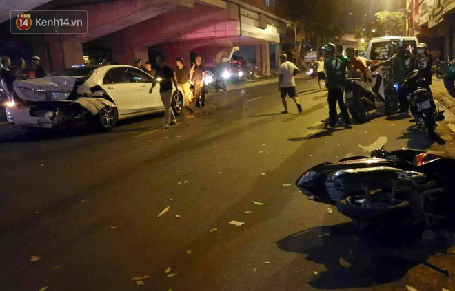 Vụ tai nạn khiến hàng loạt phương tiện bị hư hỏng, người dân bàng hoàng.