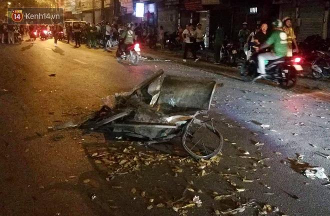 Chiếc xe rác bị tông nát bét, biến dạng.