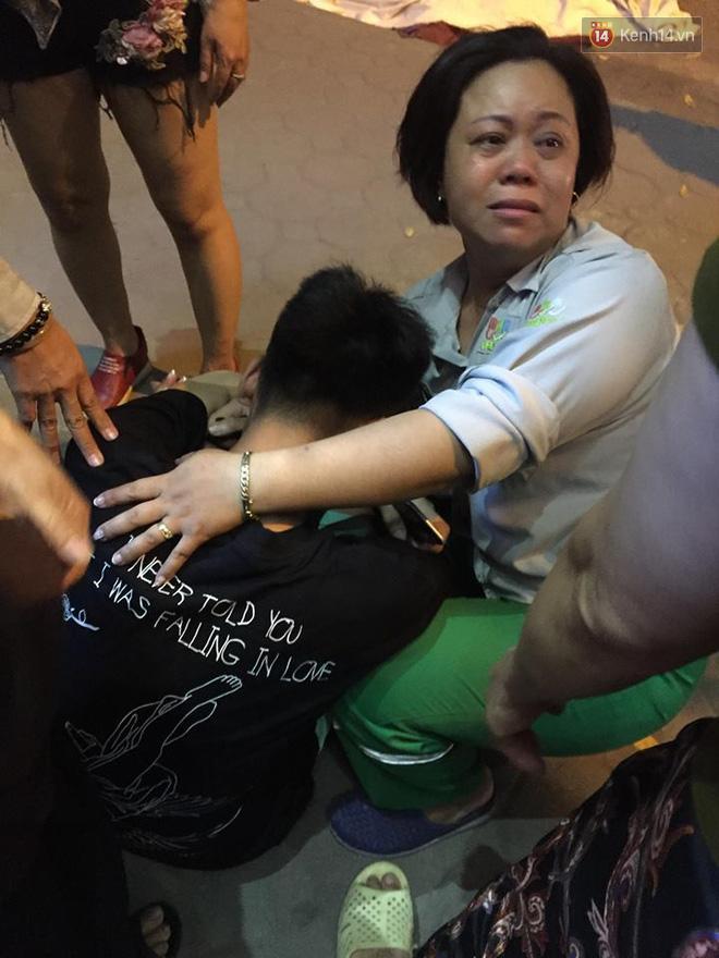Đồng nghiệp đau đớn cạnh t.hi t.hể chị Hà, mọi người an ủi cậu con trai của chị.