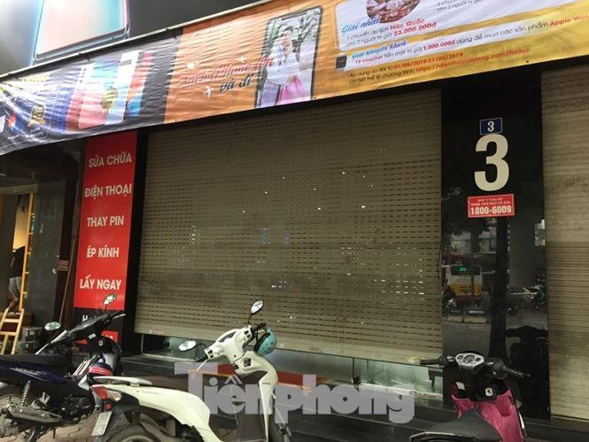 Cửa hàng Nhật Cường Mobile tại số 3 đường Xuân Thủy, quận Cầu Giấy, Hà Nội sáng nay (9/5) đóng cửa. Ảnh: Nguyễn Hoàn