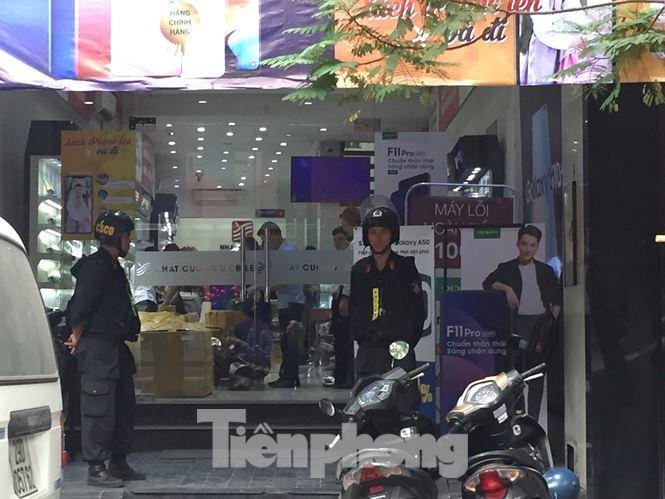 Nhiều cảnh sát có mặt tại Nhật Cường Mobile ở địa chỉ 33 Lý Quốc Sư, Hoàn Kiếm, Hà Nội sáng nay (9/5). Ảnh: Lê Dương