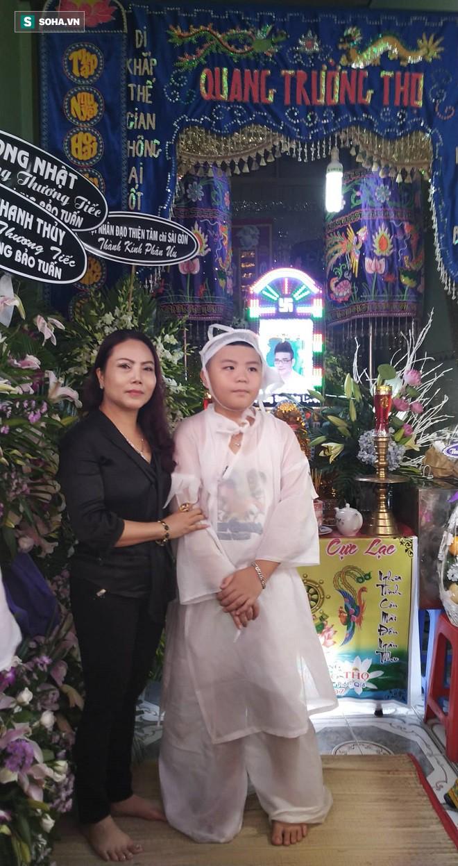 Chị gái kết nghĩa của Vương Bảo Tuấn chụp ảnh cùng trai anh.