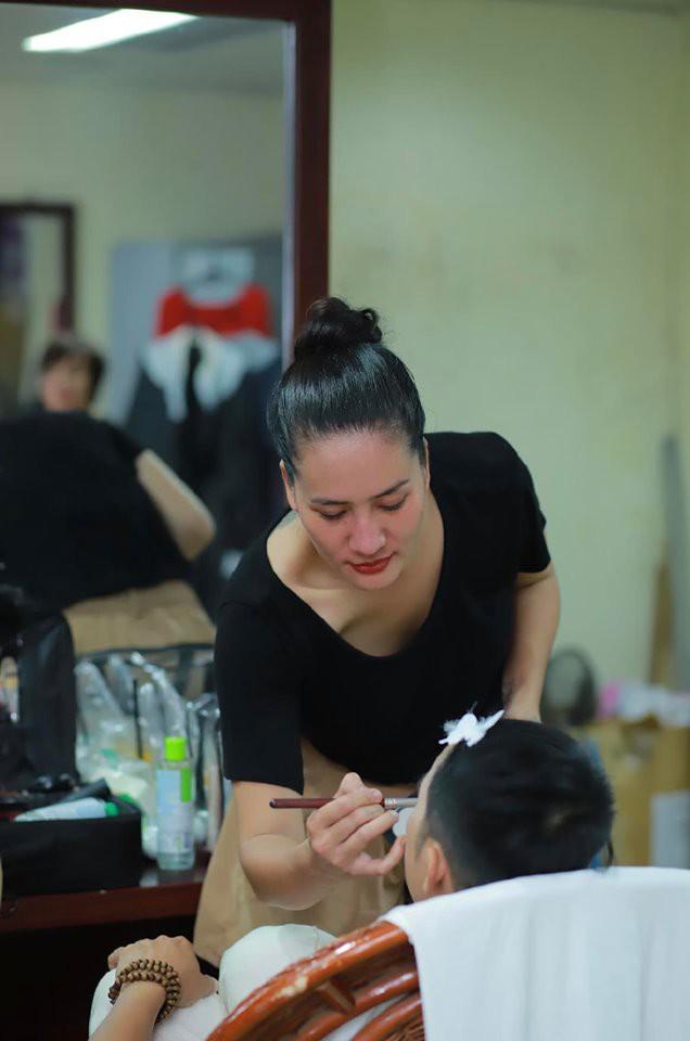 Diễn viên Minh Cúc say mê với công việc makeup.