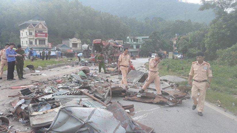 Hiện trường vụ tai nạn thảm khốc tại Hòa Bình.