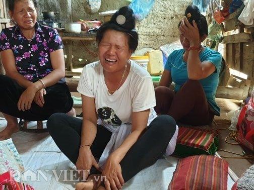 Mẹ nạn nhân khóc nấc khi nghe tin 2 con gặp nạn. Ảnh Dân Việt.