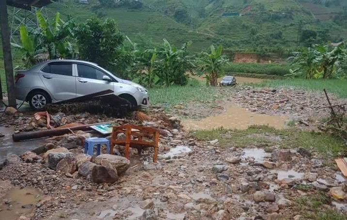 Nhiều nhà dân bị ngập, tài sản bị cuốn trôi ở Lào Cai