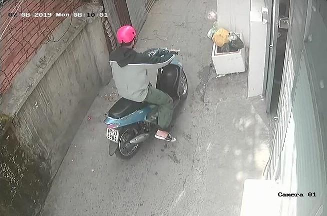 Camera ghi lại hình ảnh nam thanh niên rời khỏi phòng trọ