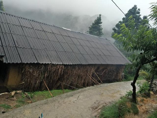 Nhà của gia đình Mua Thị Chở được làm từ 20 năm trước.