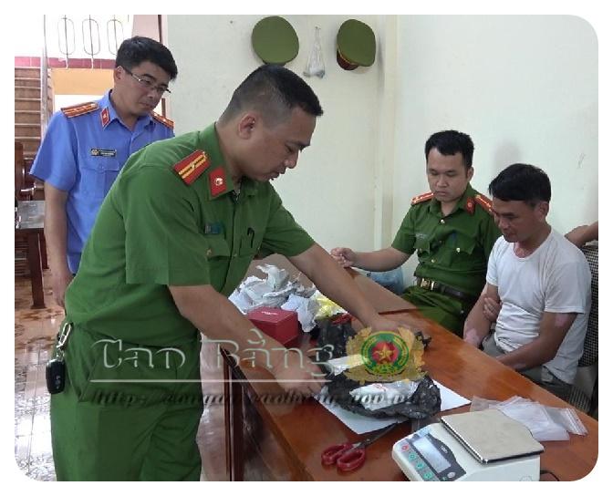 Ảnh: Công an huyện Nguyên Bình kiểm tra vật chứng thu giữ