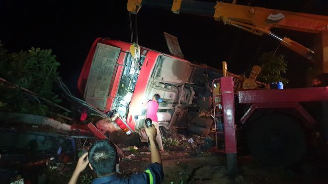 Chiếc xe khách lật nghiêng sau khi tông liên hoàn.