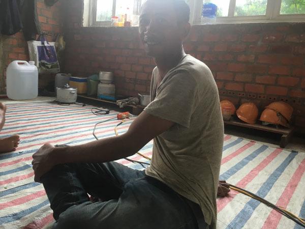Anh Tôn cho biết, mỗi ngày thu nhập của anh từ công việc làm thợ hồ được hơn 300 ngàn đồng, vì thế, chỉ cần có chỗ ngả lưng sau một ngày làm việc, anh cũng vui. Ảnh: T.A.