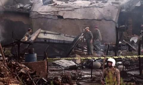Hiện trường vụ máy bay quân sự rơi ở Pakistan - Ảnh: AFP