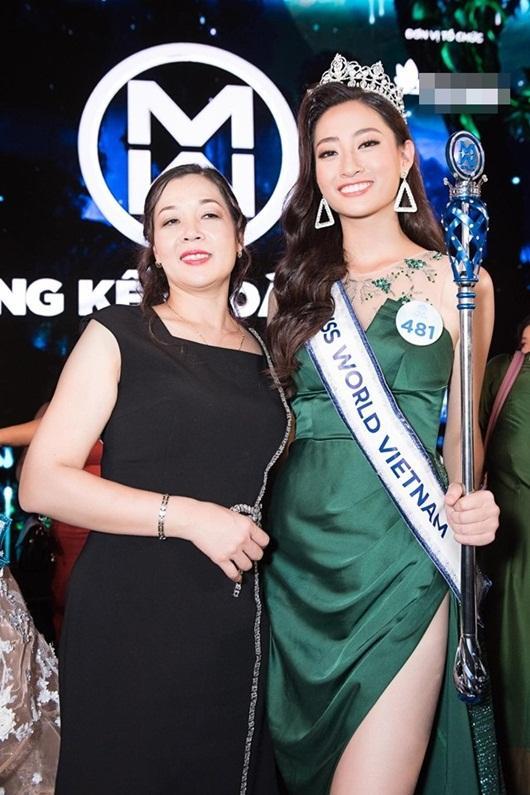 Mẹ Lương Thùy Linh đến cổ vũ con gái trong đêm chung kết Miss World Việt Nam 2019.