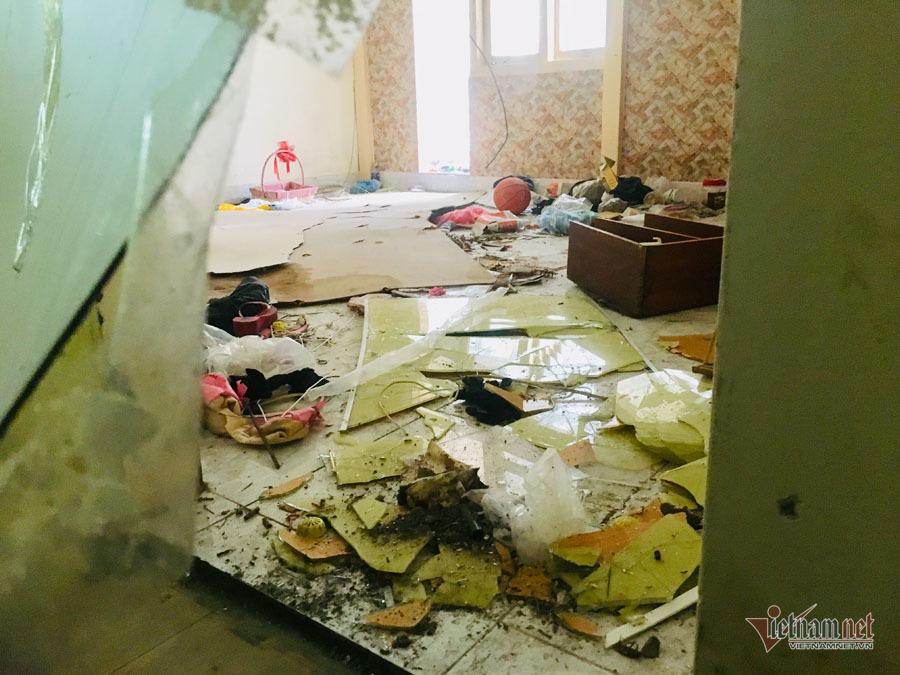 Bên trong các căn hộ chủ chấp nhận di dời, rác thải vứt vương vãi xuống nền.