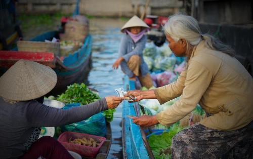 Du khách sẽ được ngồi trên ghe dạo toàn cảnh khu chợ với giá cả phải chăng, hợp với túi tiền. Ảnh: Saigonphoto.