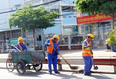 Việc thu gom rác, chất thải, bụi bẩn được thực hiện thường xuyên.