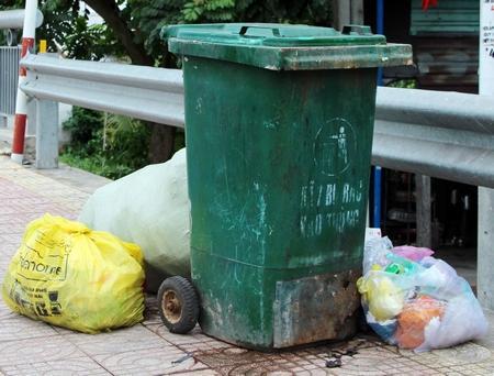 Có thùng rác nhưng rác vẫn nằm ngoài thùng.