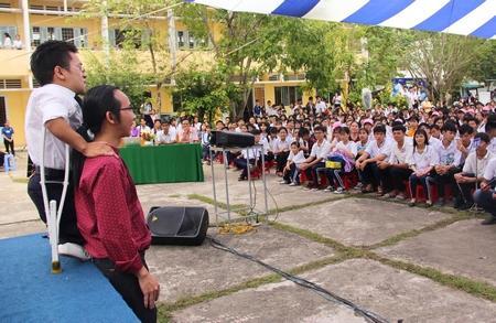 Các diễn giả giao lưu với các em học sinh Trường THPT Nguyễn Thông.