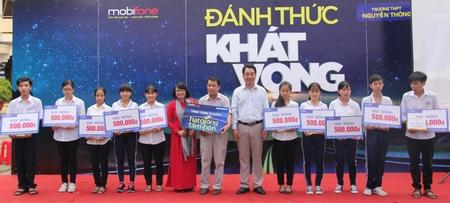 Phó Chủ tịch UBND tỉnh Lữ Quang Ngời và bà Nguyễn Thị Đoàn- Giám đốc Mobifone tỉnh Vĩnh Long trao học bổng cho các em học sinh và tủ sách Hạt giống tâm hồn cho nhà trường.