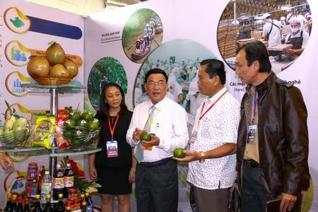 Phó Chủ tịch UBND tỉnh- Trần Hoàng Tựu giới thiệu đặc sản của Vĩnh Long tại gian hàng quảng bá hình ảnh tỉnh Vĩnh Long.