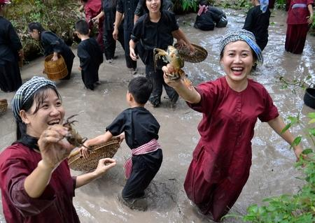 Tát mương bắt cá là sản phẩm du lịch thu hút của Khu du lịch Vinh Sang.