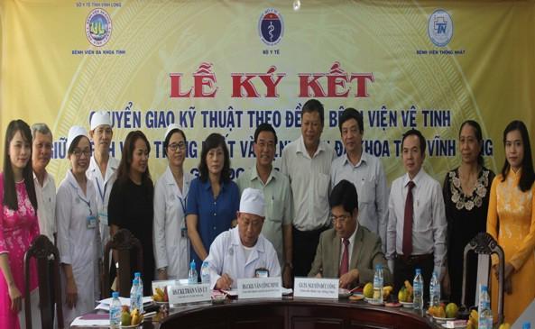 Hình ảnh lễ ký kết chuyển giao kỹ thuật theo đề án bệnh viện vệ tinh giữa Giám đốc BVĐKVL và Giám đốc Bệnh viện Thống Nhất . TP.HCM