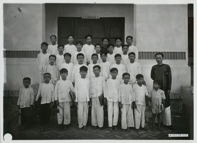 Các học sinh trong một lớp học của trường tiểu học ở Vĩnh Long chụp ảnh lưu niệm. Ảnh tư liệu.