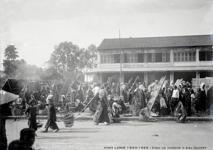 Cảnh họp chợ ngoài trời ở tỉnh lỵ Vĩnh Long. Ảnh tư liệu.