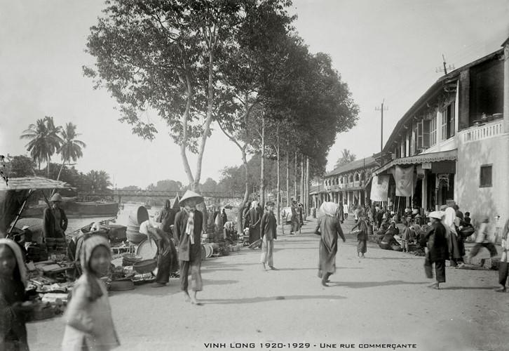 Khu phố thương mại bên bờ sông Long Hồ, tỉnh lỵ Vĩnh Long thập niên 1920. Ảnh tư liệu.