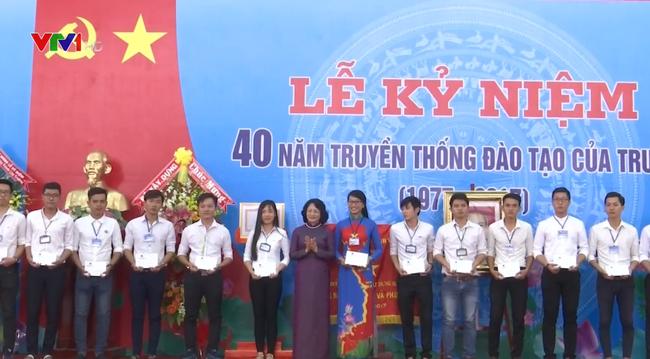 Phó Chủ tịch nước Đặng Thị Ngọc Thịnh trao tặng 40 suất học bổng cho 40 sinh viên có hoàn cảnh khó khăn vượt khó học giỏi của nhà trường.