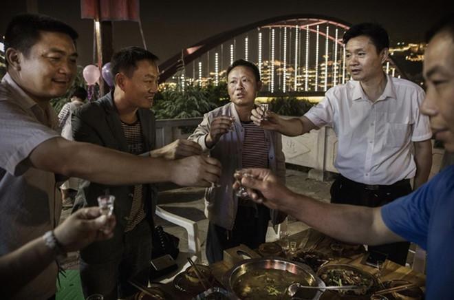 Ở Trung Quốc, uống rượu bia là một trong những kỹ năng xã hội rất quan trọng. Ảnh: Phonearena.