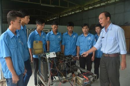 Thầy Thơm và các học viên trong một giờ lên lớp.