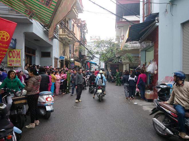 Cảnh sát phong tỏa khu vực phát hiện thi thể người đàn ông được phát hiện chiều 3/1 ở quận Hoàng Mai. Ảnh: Anh Dũng.