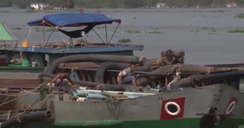 Hai chiếc sà lan bị bắt quả tang khi đang hút trộm cát trên Sông Tiền