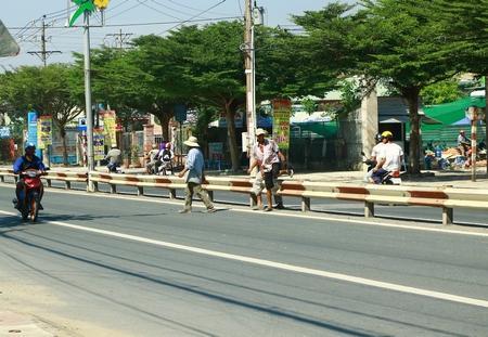 Hiện tình trạng người đi bộ sai luật vẫn còn diễn ra phổ biến trên nhiều tuyến đường ở TP Vĩnh Long.