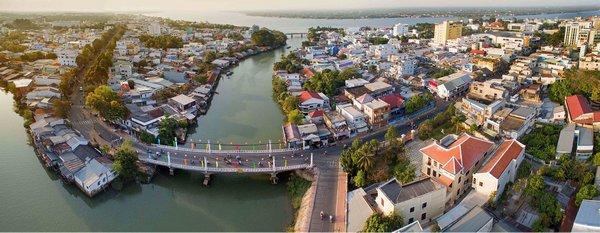 Cầu Lộ nối liền Phường 1 và Phường 2. Theo nhiều người sống tại Vĩnh long qua nhiều lần trùng tu, cây cầu còn nguyên thủy kiến trúc ban đầu với các trụ đèn xây hài hòa hai bên thành cầu .