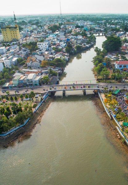Cầu Cái Cá nằm trên con đường một chiều đi từ Phường 1 về Phường 2 nối liền đường Tô Thị Huỳnh và đường Lưu Văn Liệt