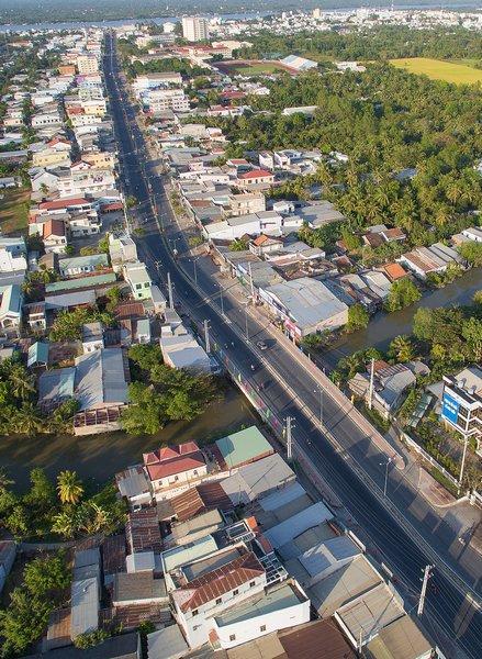 Cầu Tân Hữu nối từ đường Nguyễn Huệ (Phường 2) qua đường Đinh Tiên Hoàng (Phường 8) được xây dựng song lập rộng rãi tránh đươc ùn tắc giao thông thường xuyên của những năm trước