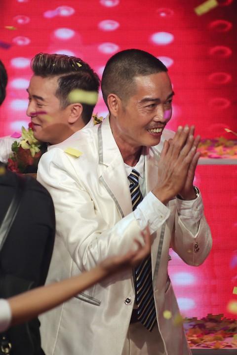 Anh Nguyễn Văn Trung chắp tay cảm ơn khán giả trong khoảnh khắc Đức Phúc đăng quang The Voice.