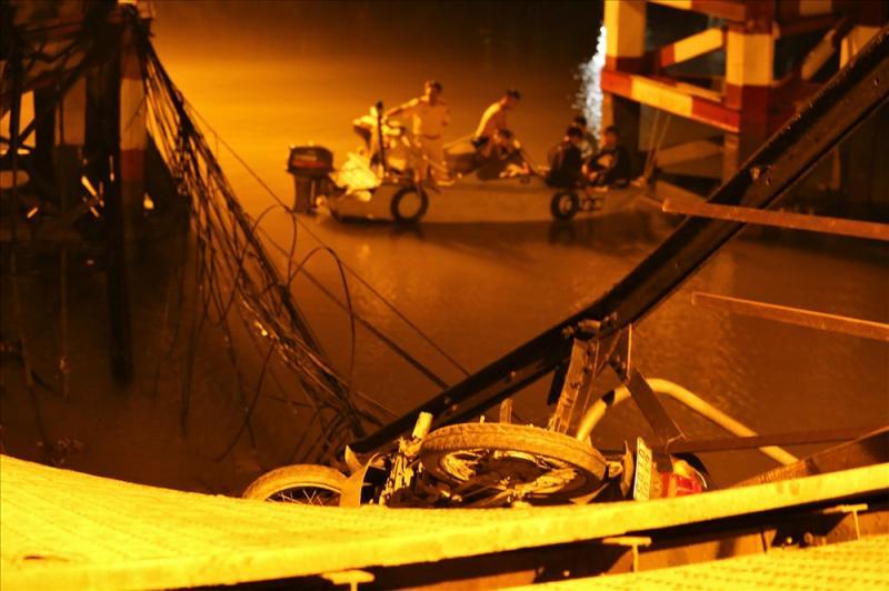 Kết cấu nhịp 4-5 của cầu bị đổ xuống sông. Ảnh: Trường Sơn