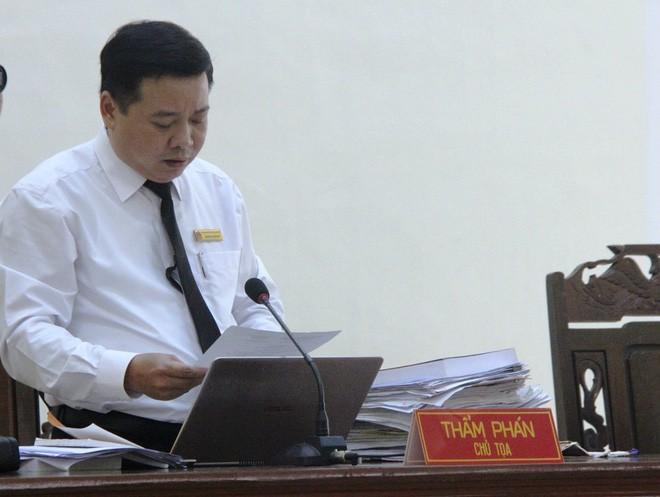 Chủ tọa phiên tòa đọc bản án dành cho bị cáo Hữu Bê.