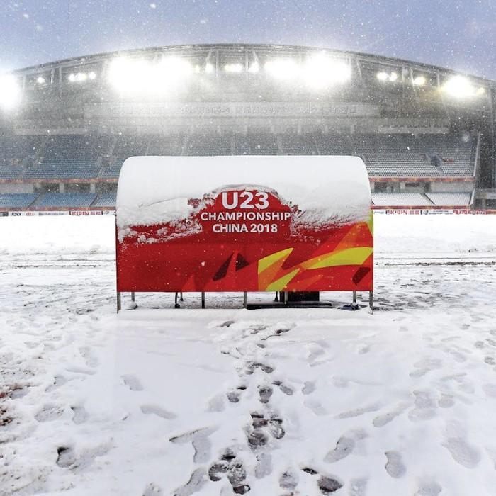 Sau khi BTC đã cho dọn dẹp tuyết vào chiều tối qua thì tuyết lại phủ trắng SVĐ Olympic 1 lần nữa.
