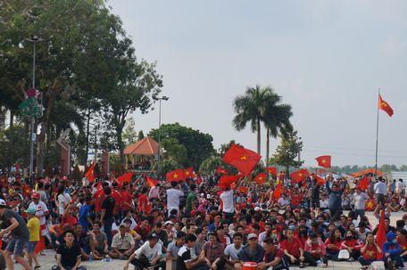 Quảng trường TP Vĩnh Long là nơi thu hút rất đông cổ động viên.
