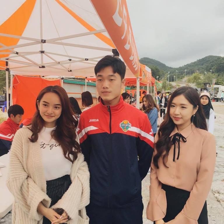 Đứng cạnh hot girl Em chưa 18 Kaity Nguyễn, Xuân Trường vẫn làm mặt lạnh, hai tay khép ra sau.